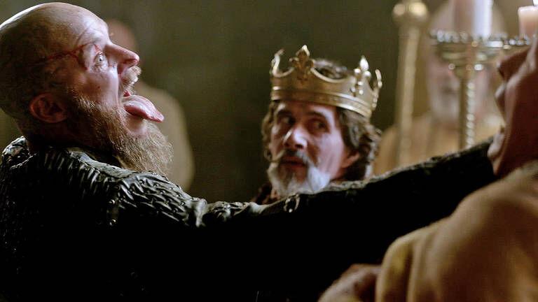 """Ragnar matando al Sacerdote después de """"revivir"""""""