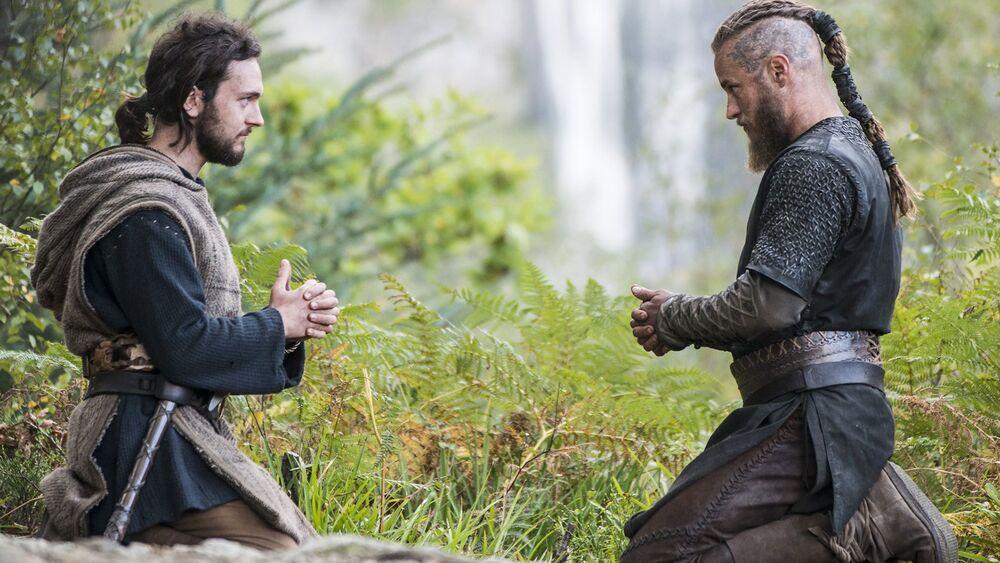 Ragnar y Athelstan haciendo una oración cristiana.